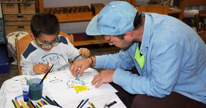 Снимка: Модерни художници от Варна помагат на децата от Карин дом за благотворителните им картички за Коледа