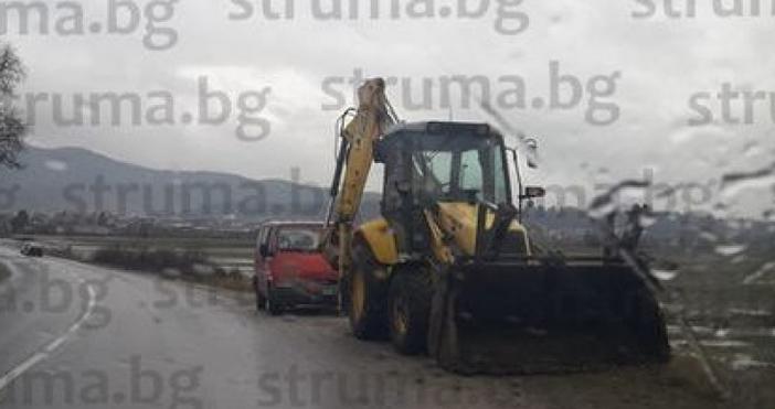 Снимкаstruma.bgСкъсана дига на река Глазне наводни земеделски имоти в землището