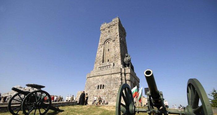 Снимка БулфотоИстинското имена историческиявръх Шипка е Свети Никола.Местността носитова наименование