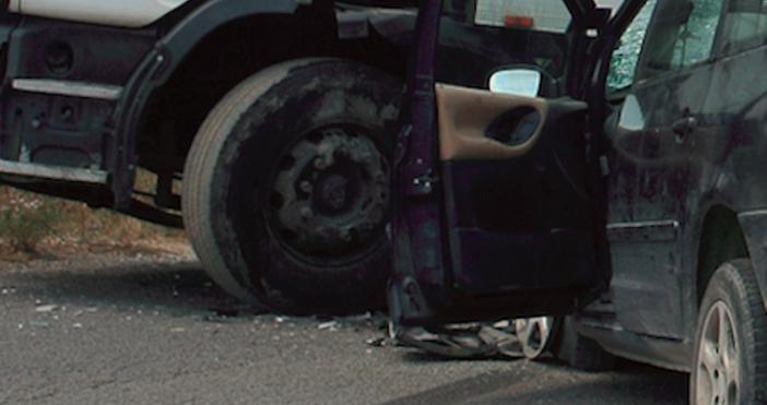 Снимка БулфотоЖестока катастрофа е станала на пътя Ботевград-Мездра. Тир и