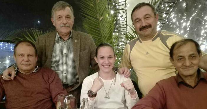 """Шефовете на Боксов клуб """"Ивайло Маринов"""" подариха часовник на Станимира"""