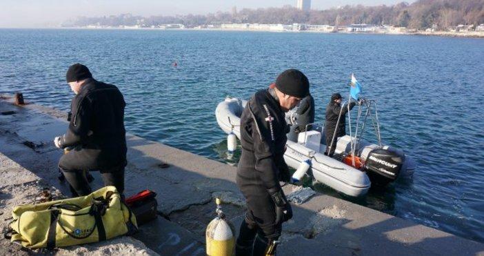 Снимки:БулфотоВоенни водолази провериха и обезопасиха дъното на морето пред Първа