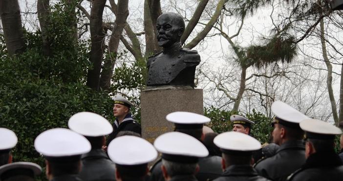 Военноморските сили на България и признателна Варна окичиха днес с