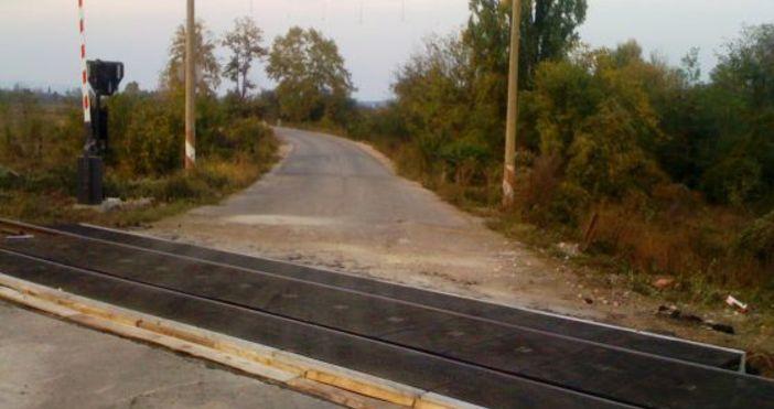 Снимка БулфотоОпасна ситуация! Влак премина през жп прелез, докато бариерите