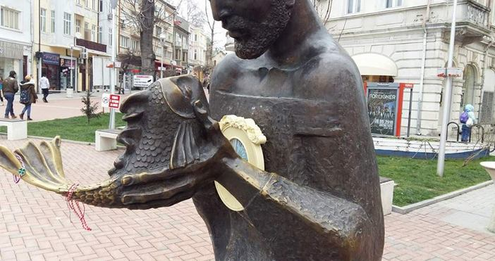 Бронзовата фигура на Рибаря и Златната рибка във Варна има