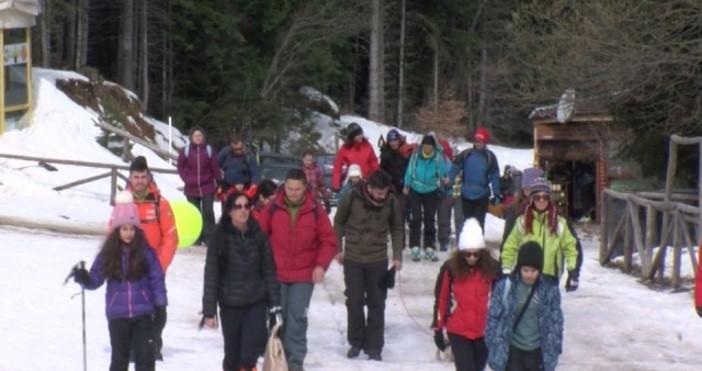 Доброволци и спасители от Дупница организираха снежен излет за деца