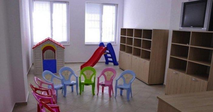Снимка БулфотоДецата в предучилищна група в детската градина да държат