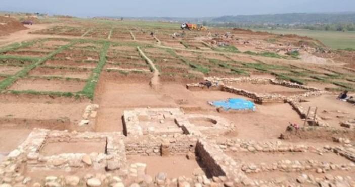 Снимки: btvnovinite.bg Непокътната гробница от римско време откриха археолози край