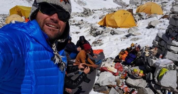 След като изкачи връх Чо Ойо (8188 м) без допълнителен