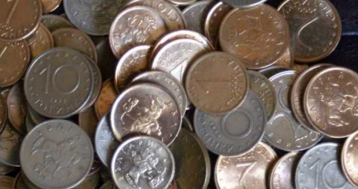 Специална машина безплатно ни уедрява събраните в буркани монети от