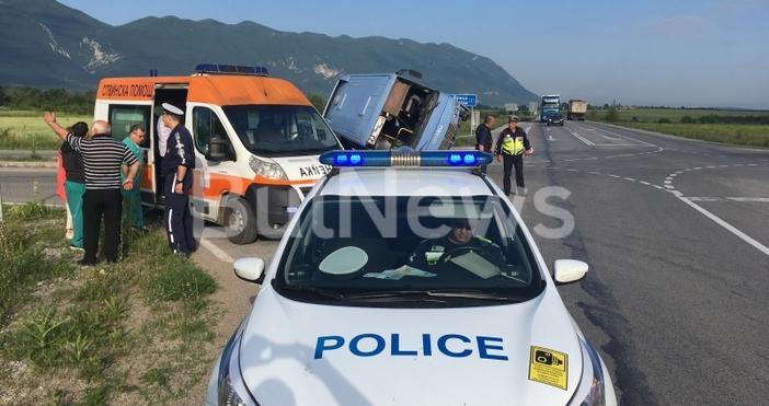 Инцидентът с автобуса, който се преобърна и затисна кола край