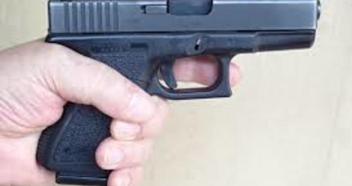 Побеснял баща заплашил 17-годишния приятел на дъщеря си с пистолет.
