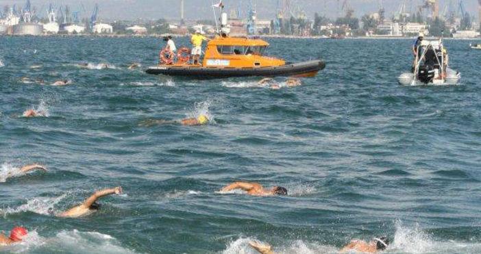 Снимка: bnr.bgПризьорите в 78-ото издание на плувния маратон Галата-Варна ще