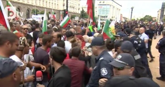 Огромно е напрежението в момента пред Министерски съвет в София.Хората