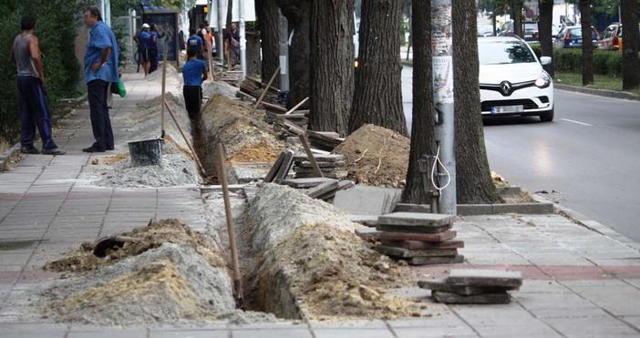 """Снимка: Вижте в """"Петел"""": Нова изкоп! Изровиха дълго подземно трасе по тротоара на булевард във Варна"""