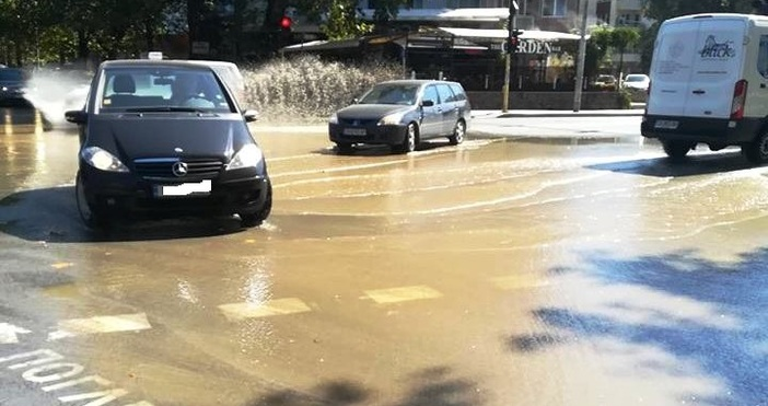 """Мащабна авария на водопровод наводни кръстовището на бул. """"Сливница"""" и"""