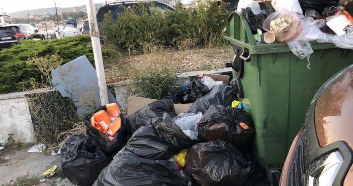 Неприятна гледка на камара торби с боклук посреща разхождащите се