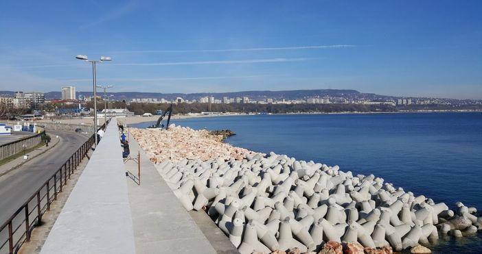 снимка Радио ВарнаБуферна зона от тетраподи и големи камъни, каквато