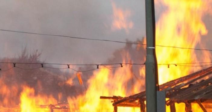 Снимка Булфото, архивОколо 30 - 40 служители на пожарната в