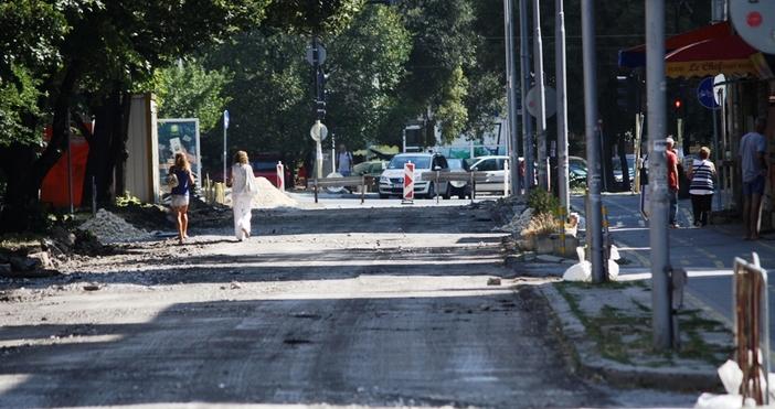 """Снимка: Репортаж на """"Петел"""" от Варна: Пореден абсурд с ремонт на улица! Затвориха я, изровиха я и я зарязаха"""