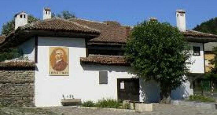 Посетители на Вазовата къща в град Сопот са посегнали на