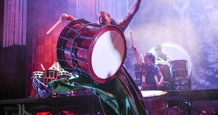 снимка Булфото, архивДванадесет барабанисти излизат на сцената. Започват да удрят