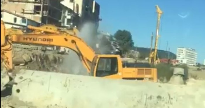 © Фейсбук Багер спука водопровод в изкоп за новия бул.