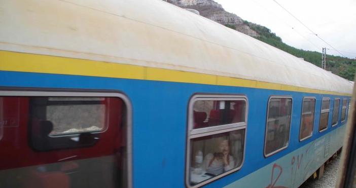 БНТБлизо три часа чакаха пътниците в бързия влак София -