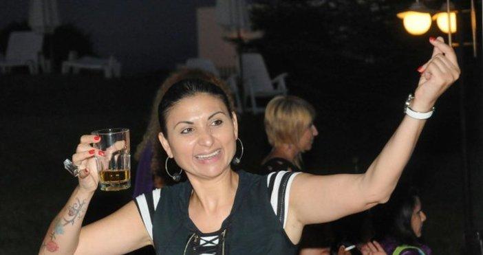 Две години затвор грозят певицата Софи Маринова, защото се покатери