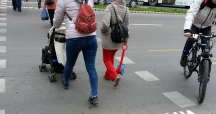 Снимка БулфотоАвтобус от градския транспорт блъсна майка, с бебе в