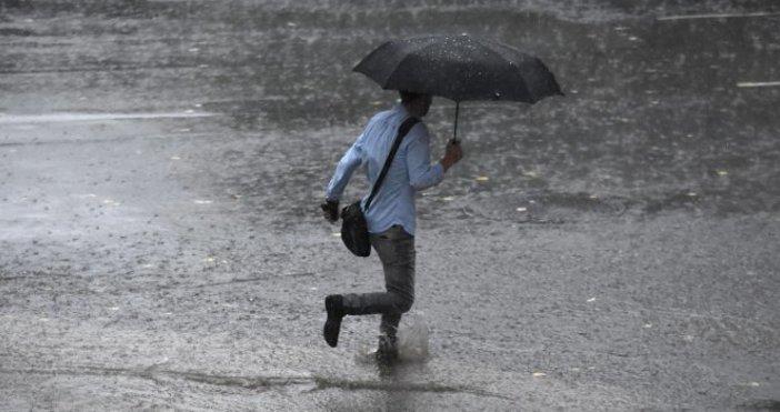 Снимка: Булфото, архивПороен дъжд се излива над София.Изведнъж слънчевото и