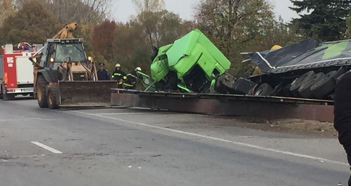 Шофьорът на ТИР, пострадал при катастрофа на Околовръстното шосе на
