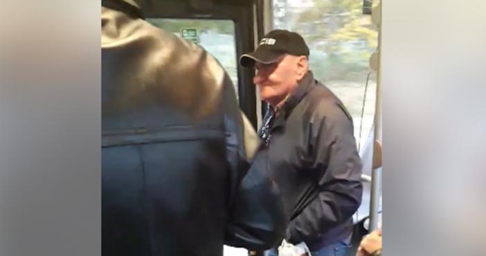 Клип с възрастен мъж, който обикаля из градския транспорт на