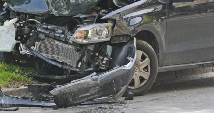 Шофьор на лек автомобил е загинал на пътя между селата