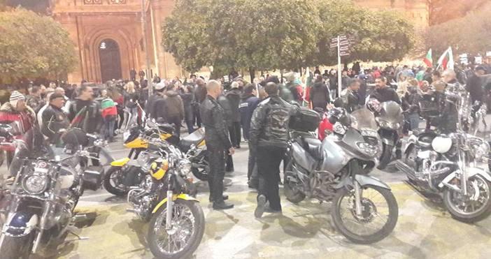 Кадри: ПетелПоредна вечер протестът във Варна продължава. Днес недоволните се