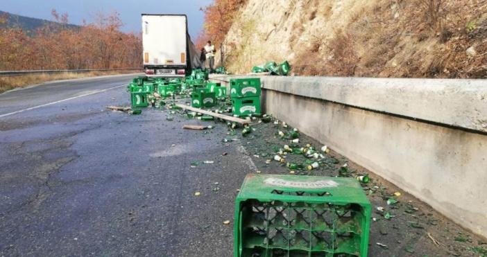 Снимка: Булфото, архивКамион изсипа стотици литра бира на пътя след