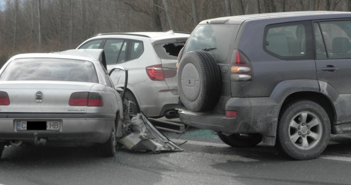 Верижна катастрофа с участието на 8 автомобила е станала при