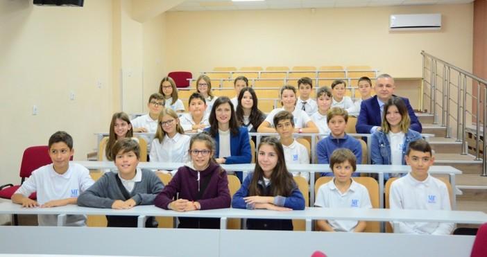 """Снимка: Live.varna.bgМатематическа гимназия """"Д-р Петър Берон"""" стана """"Дигитално училище на"""