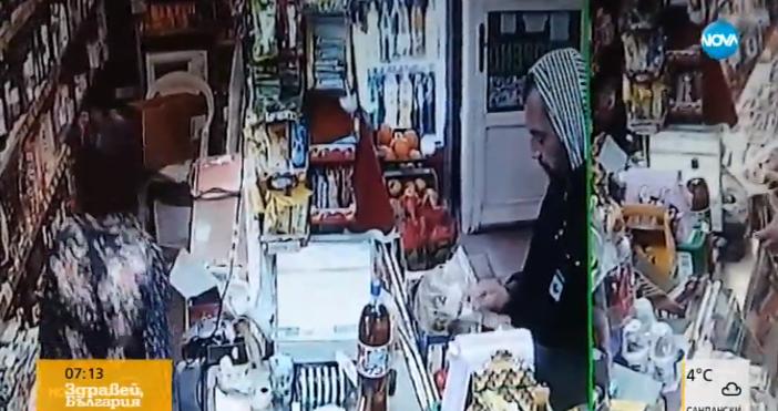 Охранителни кадри заснеа двама крадци. Единият посяга да плаща, но