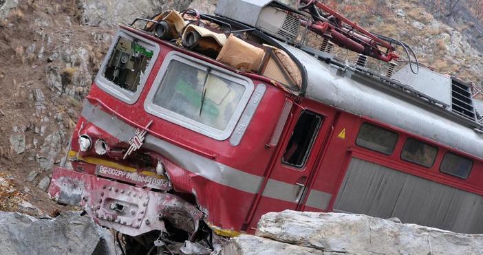 Изтеглиха локомотива от влаковата композиция, която дерайлира в Кресненското дефиле.