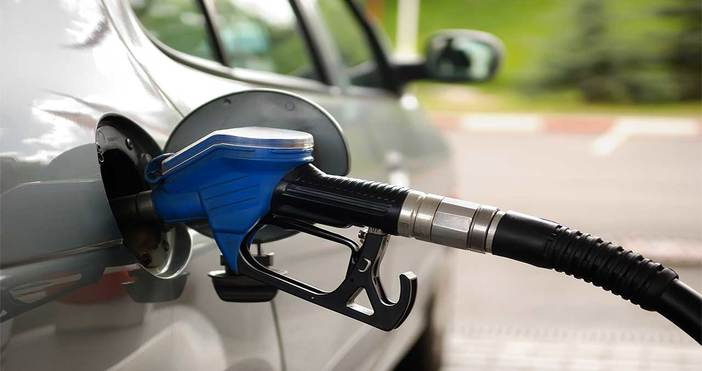 Бензинът и дизелът у нас поевтиняха с шест стотинки за