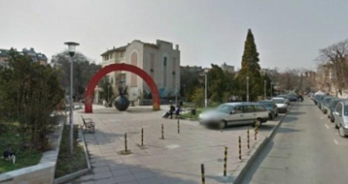 Снимка: live.varna.bgИзпълнителят на ремонта на тротоарите на ул.