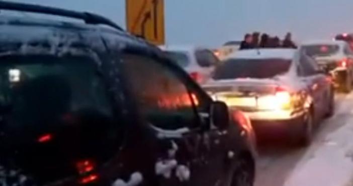 Лошото време обърка плановете на стотици шофьори, избрали неделния ден,