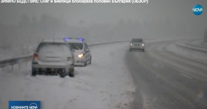Сняг и виелици блокираха частично половин България. Зимната стихия спря