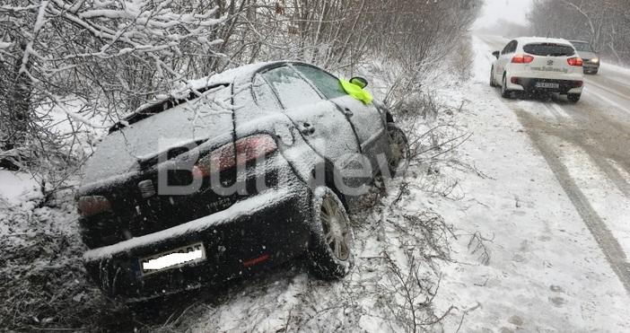 Снимка: bulnews.bgСнежното бедствие по пътищата във Врачанско продължава. Втора кола