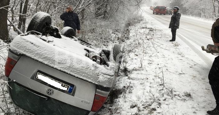 Снимка: Bulnews.bgМлада шофьорка обърна колата си по таван край Враца,