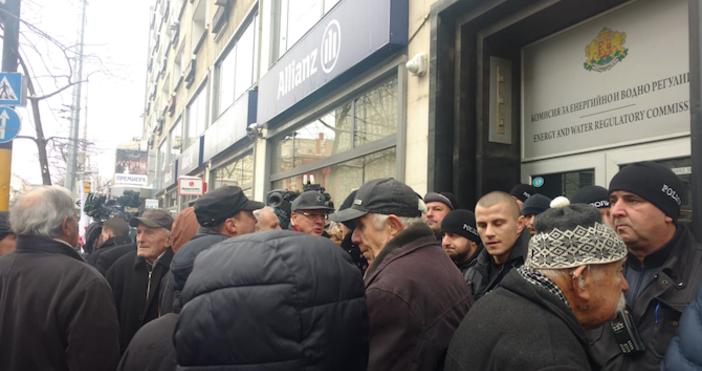 Снимка: Novini.bgПротестиращи са излезли на протест пред сградата на КЕВР,