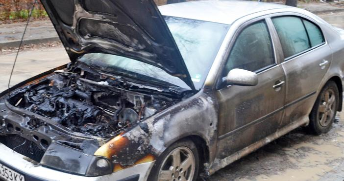 Снимки: БулфотоДва автомобила бяха опожарени тази нощ в Добрич. Колите