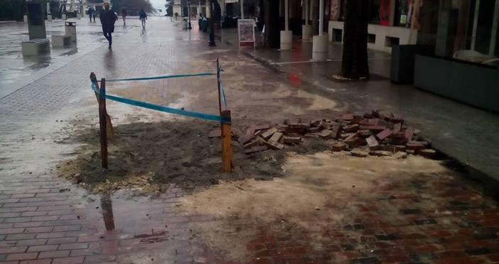 Снимка: Неприятна аврия в центъра на Варна, изровиха паветата