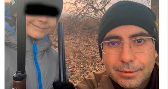 Снимки фейсбукКметът на Кнежа Илийчо Лачовски снима сина си, въоръжен